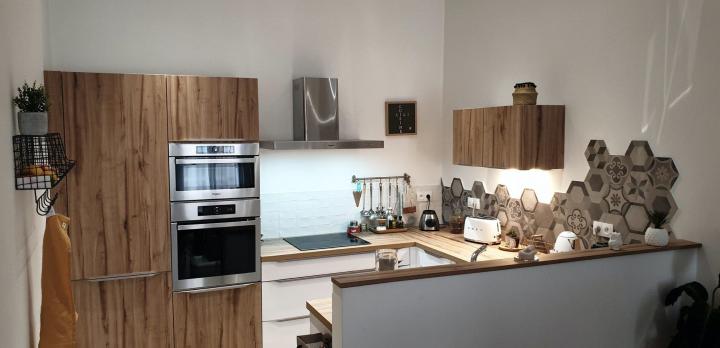 Cuisine Vintage avec un mélange de carrelage et de carreaux de ciment – COMERA Cuisines Montpellier (34)