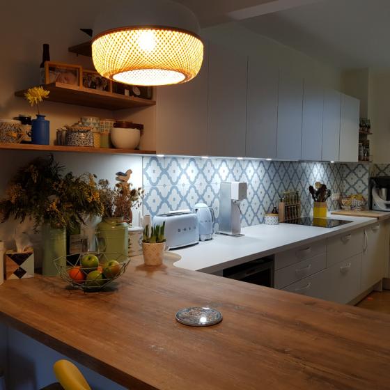 Cuisine moderne en U avec retour en bois