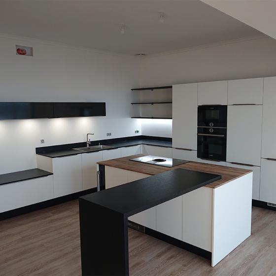 Cuisine moderne façade blanche et plan de travail coloris noir