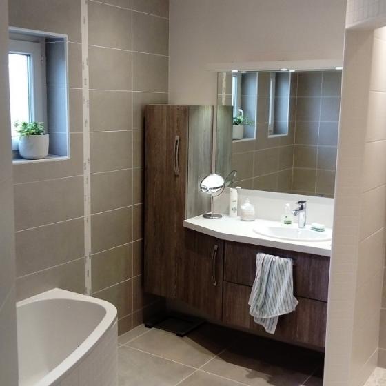 Salle de bain avec vasque en céramique