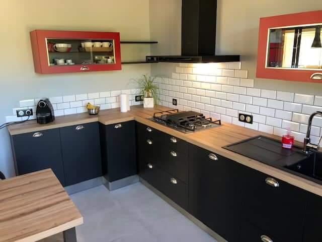 Cuisine fermée avec des façades noir mat avec un plan de travail décor bois