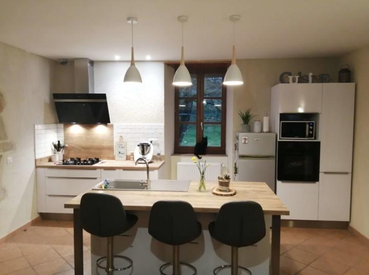 Cuisine moderne blanche et bois avec îlot fonctionnel