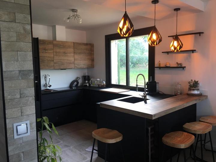 Cuisine style industriel noir et bois