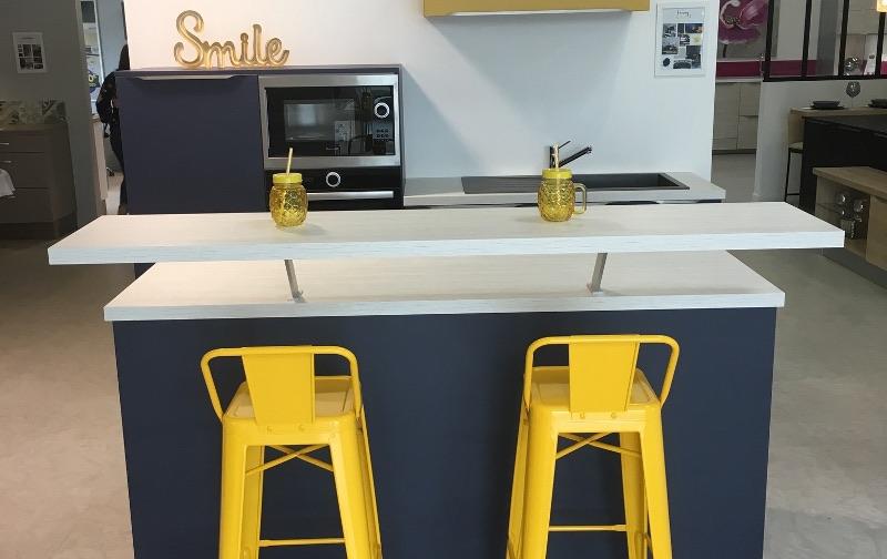 magasin-cuisines-amenagees-fonctionnelles-chaises-ilot-central-challans