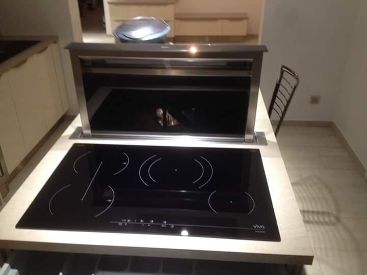 Plaque de cuisson à induction et hotte plan de travail intégrée