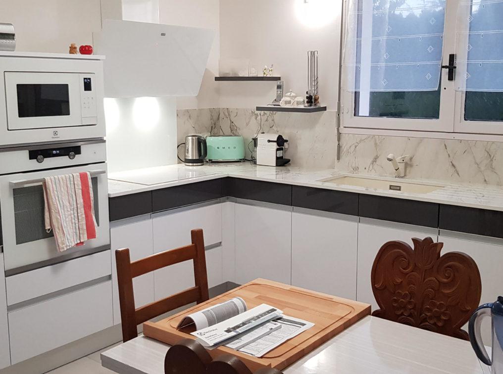 cuisine-plaque-induction-blanche