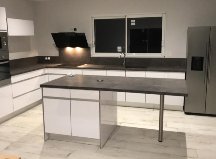 cuisine-blanche-plan-de-travail-beton
