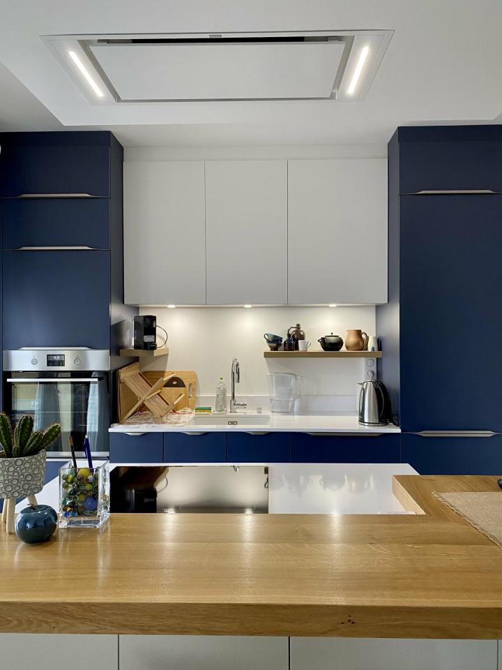 cuisine-bleue-ouverte-style-contemporain-îlot-comera