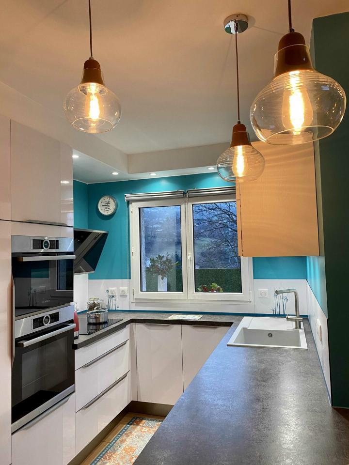 cuisine-mur-bleu-semi-ouverte-style-contemporain-en-u-comera