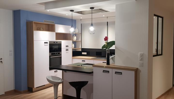 cuisine-ouverte-mur-bleu-verrière-moderne-îlot-coin-repas-coemra