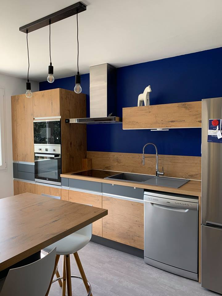 cuisine-semi-ouverte-coin-repas-mur-bleu-comera