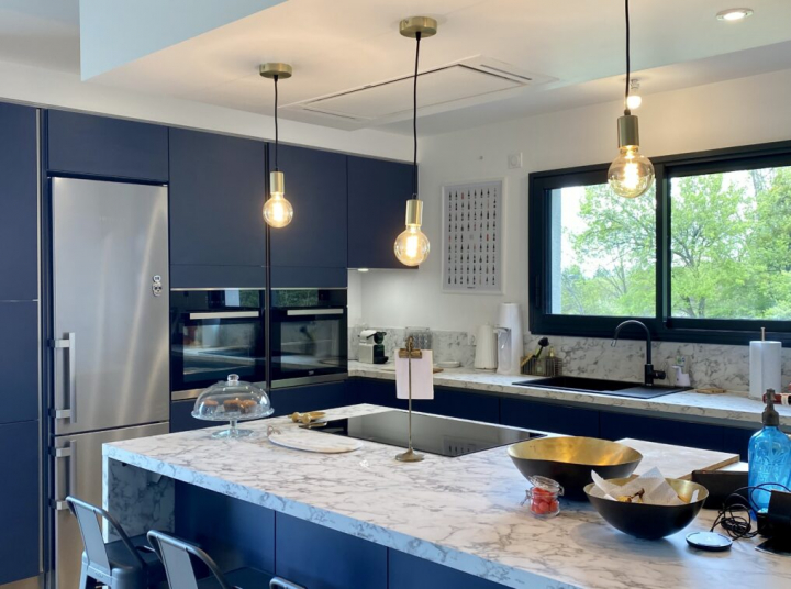 grande-cuisine-bleue-plan-de-travail-marbre-comera